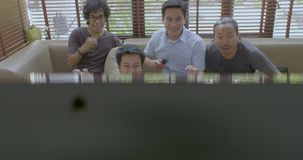 在家观看在电视的小组亚裔平的伙伴体育竞赛 影视素材