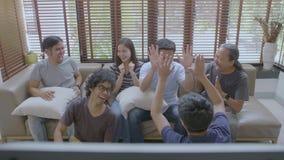 在家观看在电视的小组亚裔平的伙伴体育竞赛 股票录像