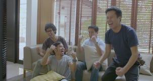 在家观看在电视的小组亚裔平的伙伴体育竞赛 股票视频