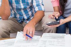 在家计算财务的夫妇 免版税库存图片