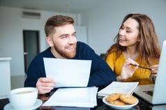 在家计算他们的票据的夫妇 免版税库存图片