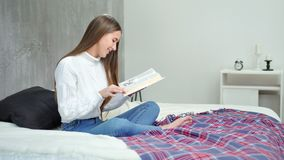在家读有趣的书的热心少女在舒适卧室 影视素材