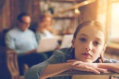 在家调查照相机的乏味孤独的女孩 免版税图库摄影