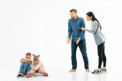 在家责骂他们的孩子的恼怒的父母 免版税图库摄影