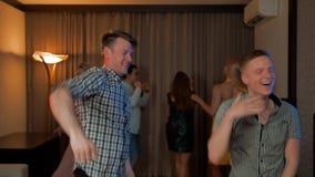 在家跳舞党的两个人和他们的朋友 影视素材