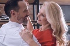 在家跳舞微笑的愉快的异性爱的夫妇 库存照片