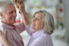 在家跳舞愉快的资深的夫妇 免版税库存照片