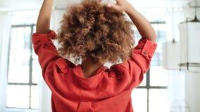 在家跳舞美国黑人的妇女 查出的背面图白色 库存图片