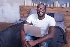 在家运作时兴的年轻的非裔美国人 免版税图库摄影