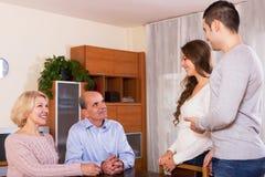 在家遇见他们的儿子的女朋友的父母yestoday 免版税库存图片