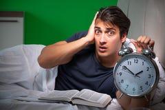 在家遭受失眠的年轻帅哥 免版税库存图片