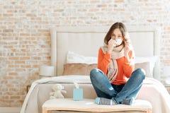 在家遭受流行性感冒的生气少妇 免版税库存照片