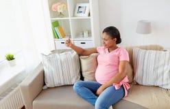 在家采取智能手机selfie的孕妇 免版税库存照片