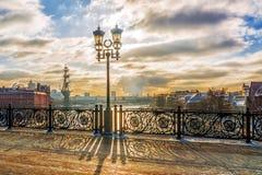 在家长式桥梁的冬天日落在莫斯科 免版税库存图片