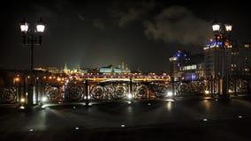 在家长统治桥梁之间-莫斯科街灯在夜之前 免版税库存照片