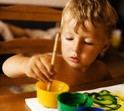 在家绘内部接近的小男孩画象 库存图片