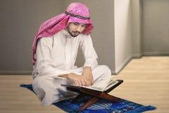 在家读古兰经的回教人 库存照片