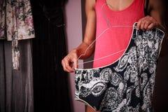 在家组织她的衣裳的少妇 库存图片