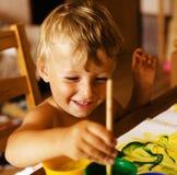 在家绘小逗人喜爱的男孩画象  免版税库存图片