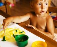 在家绘小逗人喜爱的男孩画象  库存照片