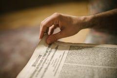 在家读旧书的好奇人在他的图书馆里 图库摄影