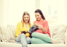 在家读杂志的两个女朋友 免版税图库摄影