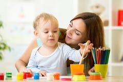在家绘的孩子或日托中心 免版税库存图片