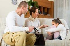 在家责骂女儿的父母 免版税库存照片