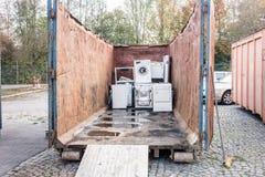 在容器的老家电回收中心 库存照片