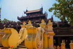 在容器Kyaung的Shwe是木柚木树修道院在曼德勒,缅甸 库存图片
