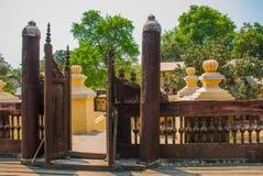 在容器Kyaung的Shwe是木柚木树修道院在曼德勒,缅甸 图库摄影