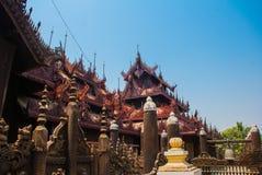 在容器Kyaung的Shwe是木柚木树修道院在曼德勒,缅甸 免版税图库摄影