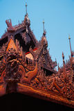 在容器Kyaung的Shwe是木柚木树修道院在曼德勒,缅甸 库存照片