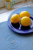 在宽一张蓝色板材画象的新鲜的柠檬 库存图片