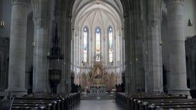 在宽容大教堂里面祈祷的大厅有灰色专栏和彩色玻璃的 影视素材