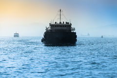 在宽海的货物船 库存图片