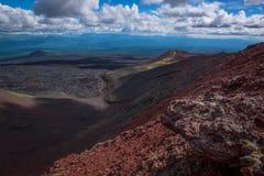 在宽熔岩荒野的全景从扎尔巴奇克火山火山 图库摄影