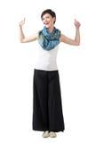 在宽腿裤子和五颜六色的围巾的快乐的时装模特儿有赞许的 免版税图库摄影