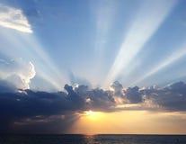 在宽蓝色海的令人惊讶的日落 免版税库存照片