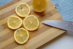 在宽顶面风景的稀薄的柠檬切片 库存图片