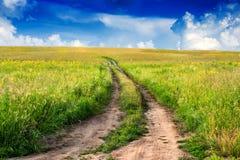 在宽领域的平安的农村风景与乡下公路 库存图片