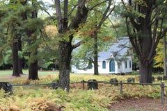 在宾夕法尼亚的小山掩藏的崇拜教会由蕨围拢了 免版税库存图片