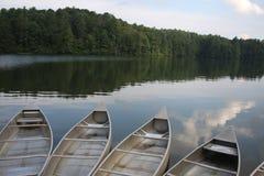 在寂静的湖岸栓的独木舟  免版税库存图片