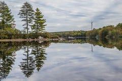 在寂静的湖的风轮机 免版税库存图片