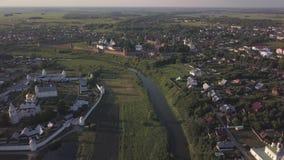 在寄生虫的飞行在苏兹达尔修道院 教会安置全景区域农村俄国风景suzdal城镇vladimir空白木 股票录像