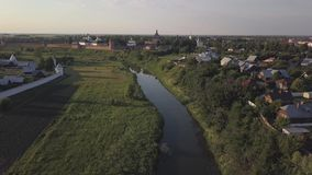 在寄生虫的飞行在苏兹达尔修道院 教会安置全景区域农村俄国风景suzdal城镇vladimir空白木 股票视频