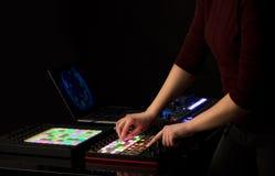 在密地控制器的手混合的音乐 免版税库存照片
