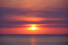 在密执安湖的日落 免版税库存图片