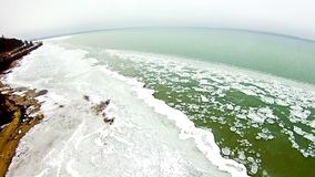 在密执安湖的春天有冻结的海岸线的 免版税库存照片