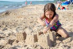 在密执安湖的雕刻的沙子城堡 免版税库存图片